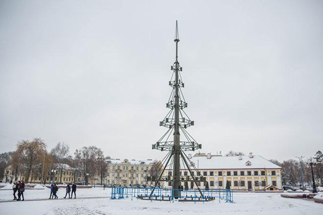 30-метровый каркас для главной городской елки Гродно закончили монтировать 30 декабря