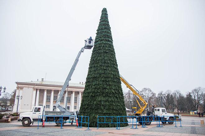 Елку на площади Светской установили на прошлой неделе