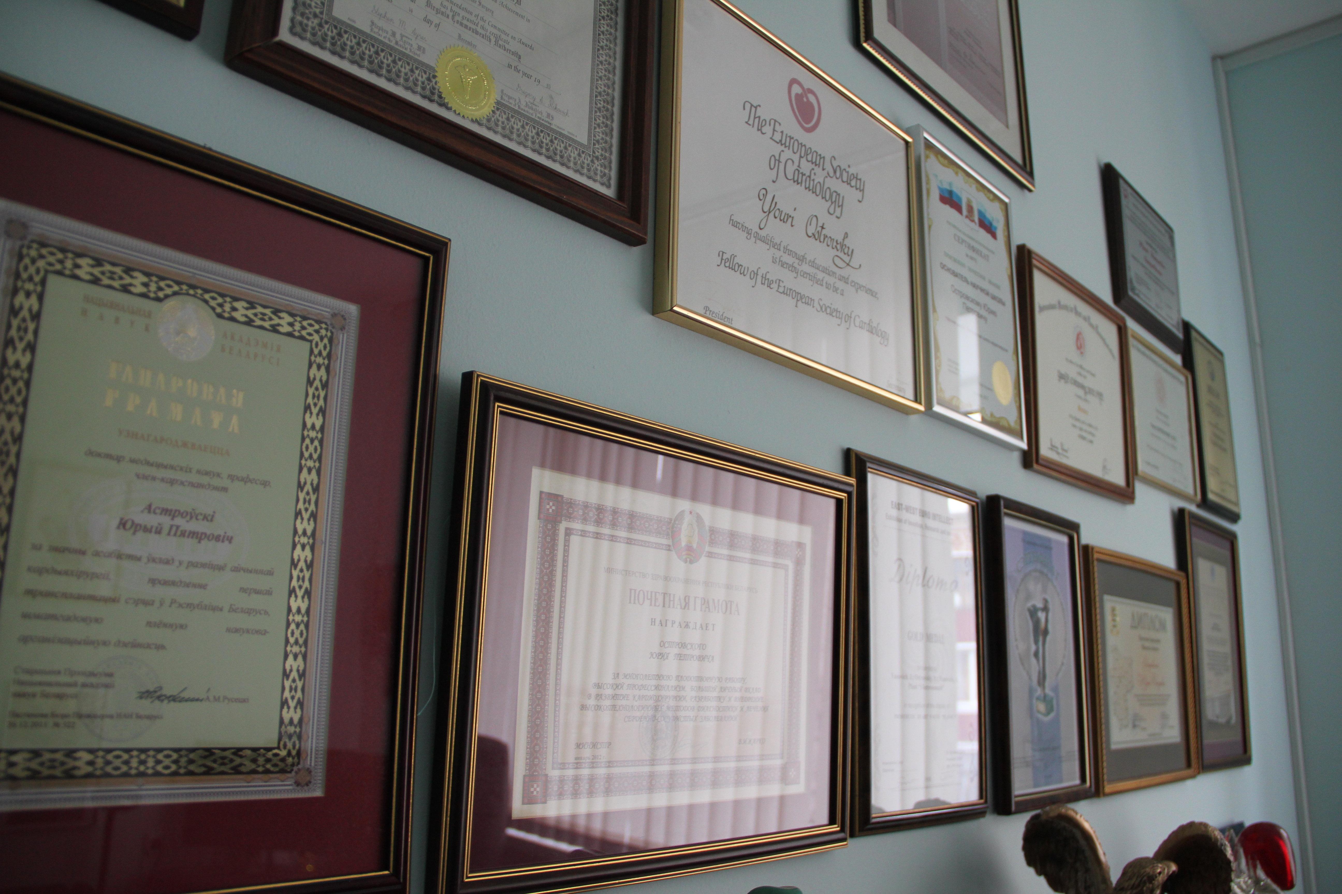 По дипломам и грамотам в кабинете Островского можно изучать не только географию, но и языки