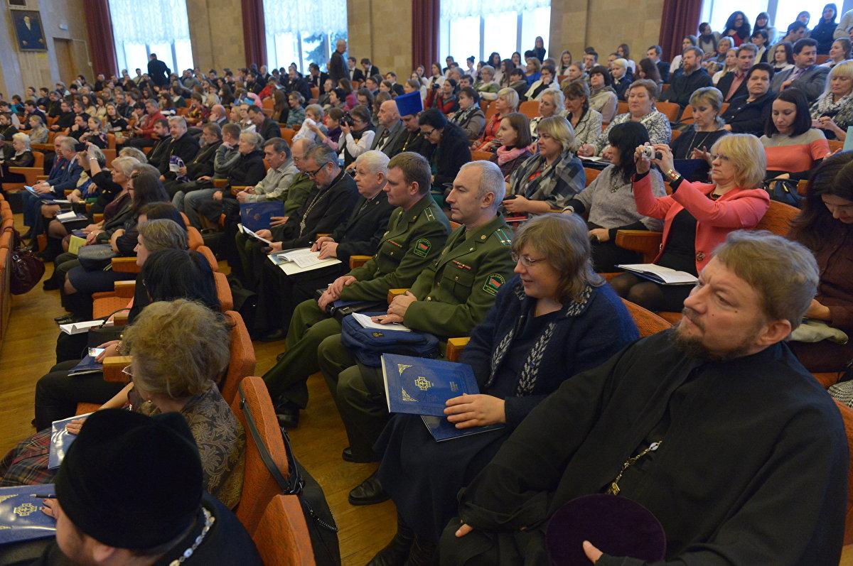 В форуме принимают участие руководство и ученые НАН, представили Минобороны, Минздрава, Минкультуры