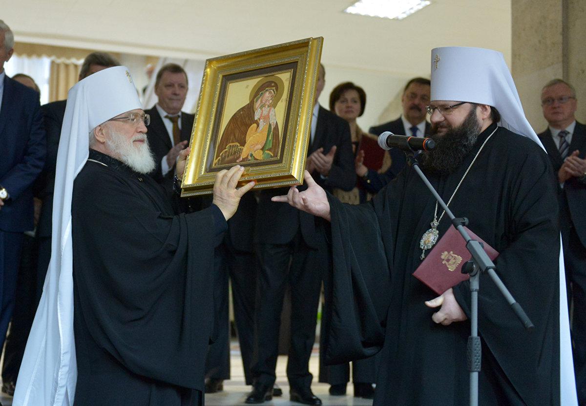 Митрополит Смоленский и Рославльский Исидор (справа) преподнес предстоятелю БПЦ Павлу икону Божьей Матери