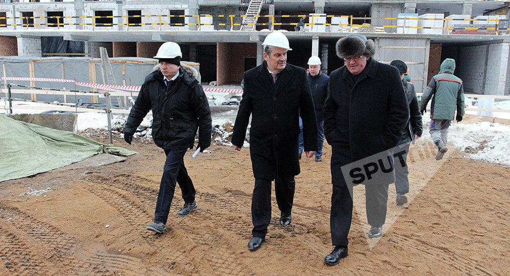 Вице-премьер Беларуси Анатолий Калинин инспектирует стройку на стадионе Динамо