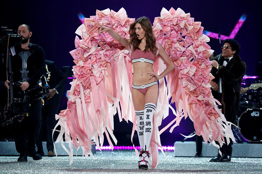 Показ Victoria's Secret Fashion Show 2016 в Париже