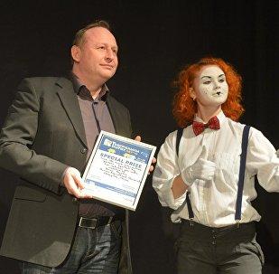 Руководитель Sputnik Беларусь Андрей Качура вручил актерам диплом за За творческую целеустремленность.
