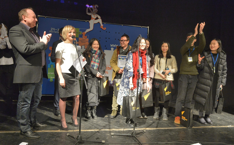 Вручение призов от Sputnik Беларусь актерам китайского студенческого театра Home