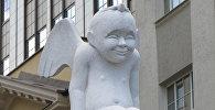 Белый ангел в Вильнюсе работы скульптора Вайдотаса Рамошка