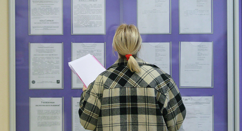 Посетительница рассматривает образцы заполнения документов