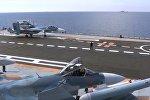 Истребитель Су-33 перед взлетом с палубы крейсера Адмирал Кузнецов у берегов Сирии