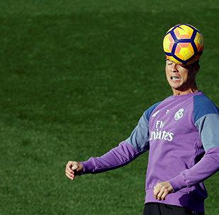 Нападающий мадридского Реала Криштиану Роналду на тренировке
