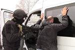 Сотрудники ФСБ на операции по задержанию правонарушителей, архивное фото