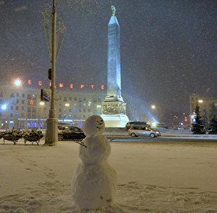 Снеговик на площади Победы в Минске