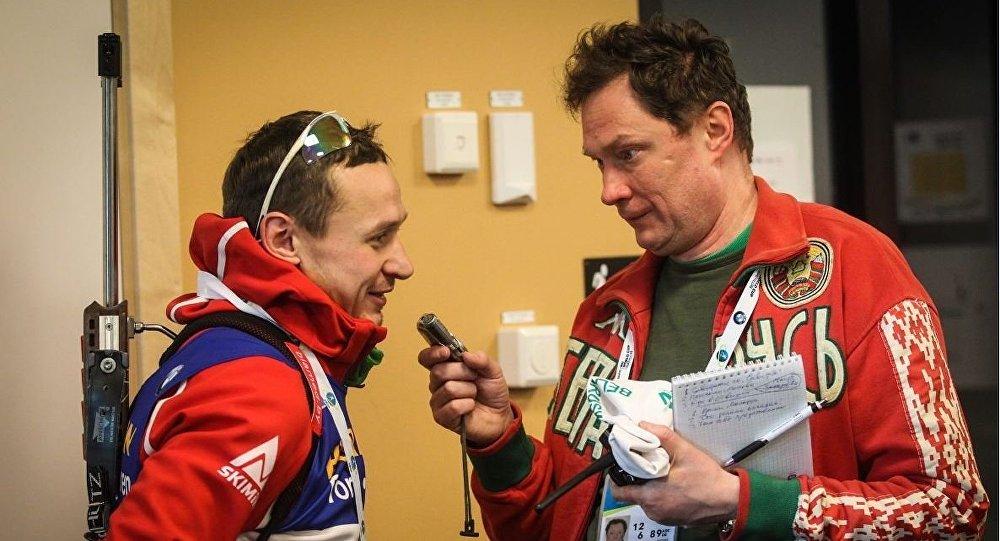 Белорусский биатлонист Владимир Чепелин дает интервью журналисту Руслану Васильеву