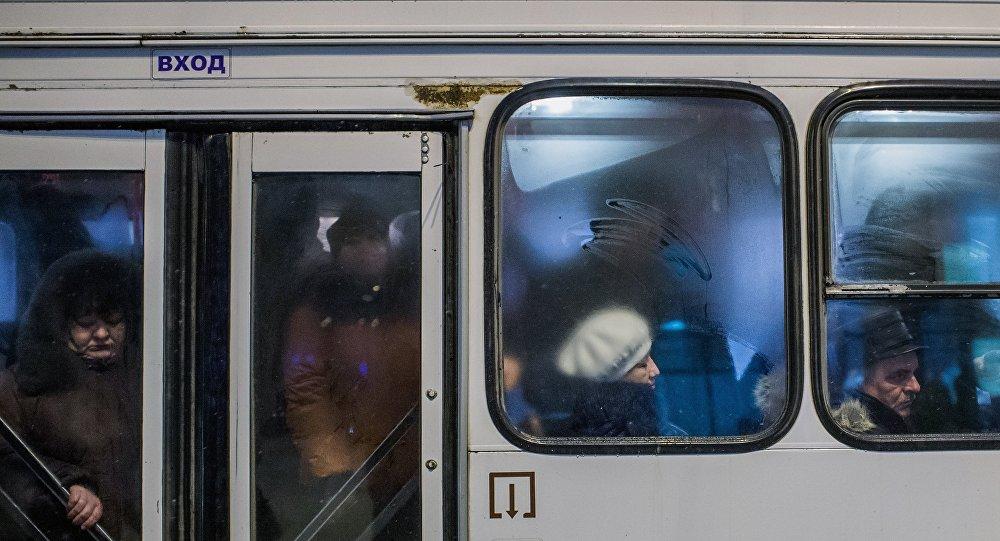 Пассажиры в салоне автобуса.