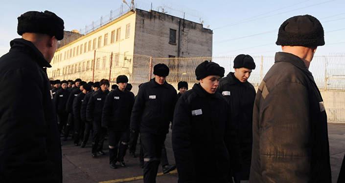 Заключенные во дворе тюрьмы, архивное фото