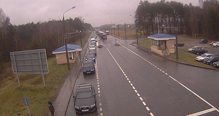 Очереди из фургонов отмечаются награнице сЛатвией иЛитвой