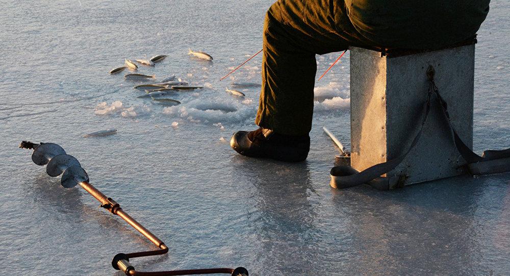 ВОстровецком районе работники МЧС спасли провалившегося под лед рыбака