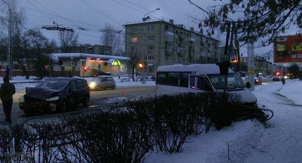 Маршрутка с7 пассажирами врезалась всветофор вБобруйске