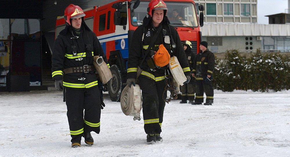 Бойцы МЧС у здания торгового центра в Минске