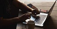 Мужчина за ноутбуком, архивное фото