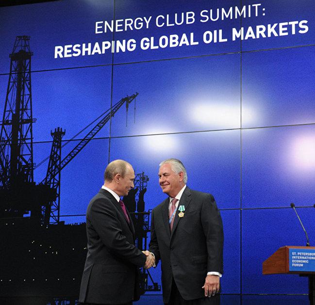 Президент России Владимир Путин (слева) и председатель совета директоров компании Эксон Мобил Рекс Уейн Тиллерсон