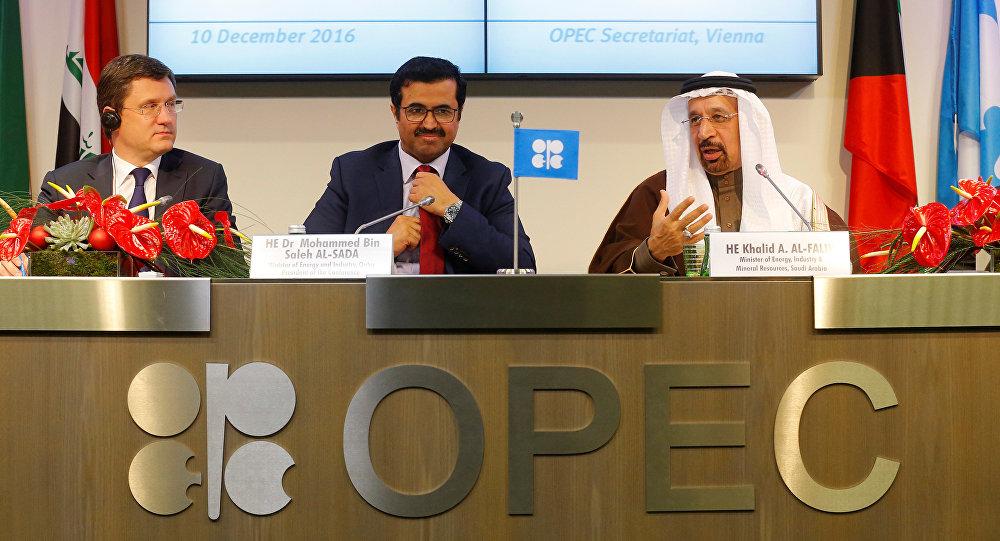 Министр энергетики РФ Александр Новак, президент ОПЕК и глава министерства энергетики Катара Мохаммед бен Салех аль-Сада, миинистр энергетики, промышленности и минеральных ресурсов Саудовской Аравии Халид аль-Фалих (слева направо)
