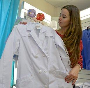 Звычайна лекары старанна выбіраюць сабе халаты - і гаворка не столькі аб даўжыні, колькі пра фасон