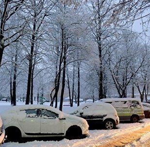 Парковка дворе зимой