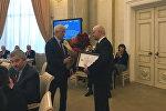 Суриков вручает Гуминскому орден Дружбы