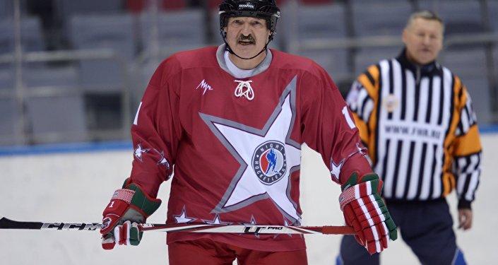 Лукашенко во время товарищеского хоккейного матча,  архивное фото