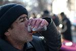 Бездомный пьет
