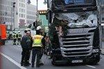 Пожарные и полицейские возле фуры, убившей 12 человек в Берлине