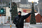 Берлинский полицейский возле места теракта в центре столицы Германии