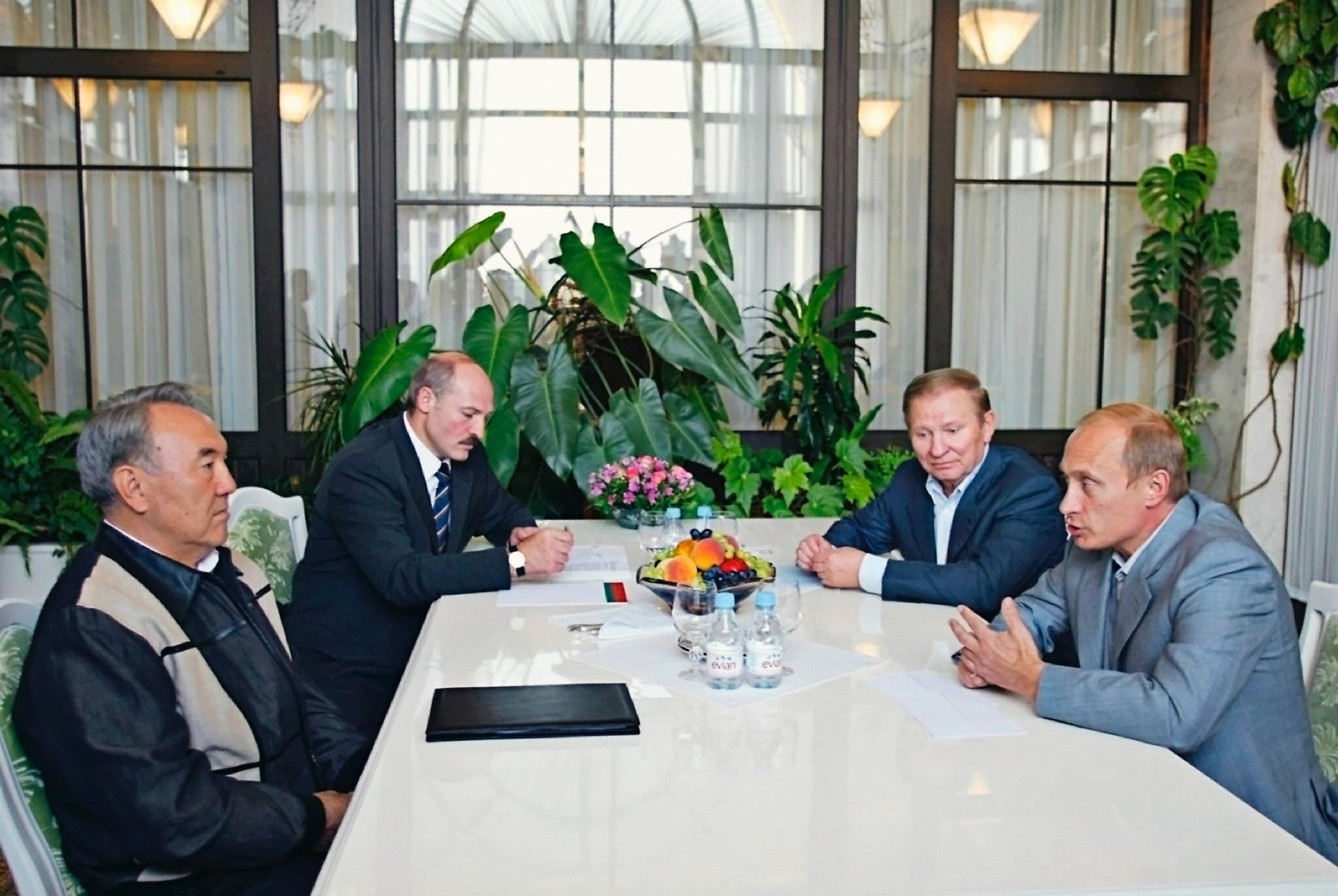 Томик Макиавелли: Лукашенко подарил Кучме плюшевого петуха, аКучма вответ