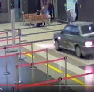 ВАЗ-2115 раз'язджае па тэрміналу аэрапорта Казань