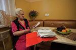 Любовь Ивановна Ковалева показывает документы и жировки