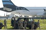 Мальтийские войска возле угнанныйого самолета Afriqiyah Airways Airbus A320