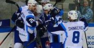 Игроки ХК Динамо радуются забитой шайбе
