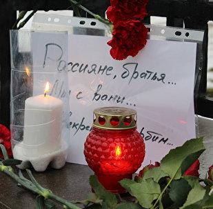 Цветы и лампады у посольства России в Минске