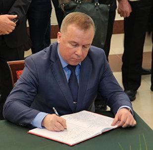 Министр спорта и туризма Беларуси Александр Шамко сделал запись в Книге соболезнований