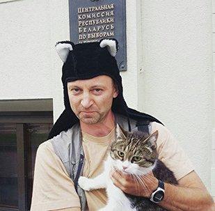 Василий Семашко и кот Барсик у входа в ЦИК