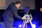 Генеральный директор Беларусьфильм Игорь Поршнев разбивает тарелку о камеру, объявляя об открытии фестиваля