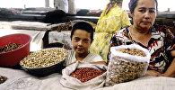 Торговля орехами на рынке в Ташкенте