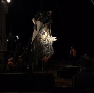 Спасатели МЧС подняли из Черного моря часть фюзеляжа Ту-154. Кадры операции