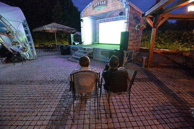 Минские болельщики смотрят матч Португалия - Уэльс на Евро-2016