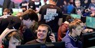 Посетители играют в компьютерные игры в игровой зоне компании Wargaming