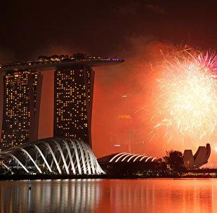 Праздничный фейерверк в Марине Бей во время Новогодних торжеств в Сингапуре. 1 января 2017 года