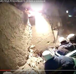 Спасатели вытащили выжившего из-под завалов в Шахтинске
