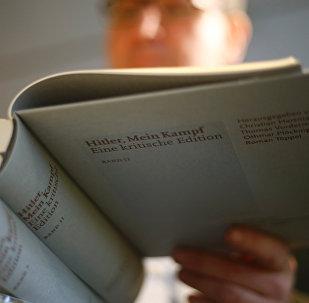 Покупатель рассматривает Mein Kampf в магазине