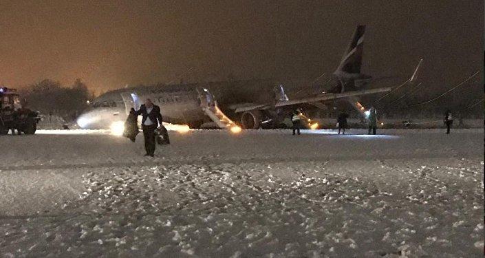 При выполнении рейса Москва — Калининград, самолет А320 выкатился за пределы взлетно-посадочной полосы после осуществления посадки
