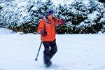 Пенсионер с лыжами, архивное фото